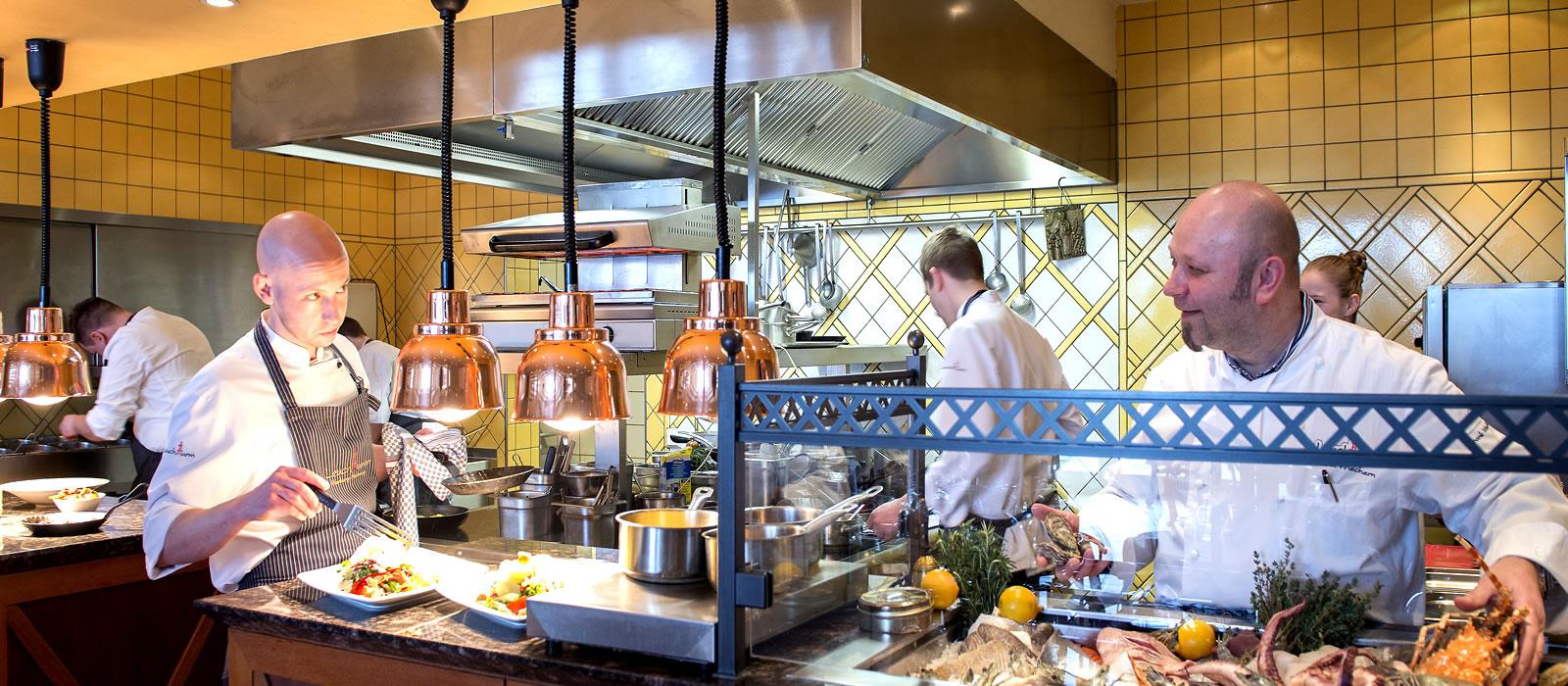 In der offenen show küche des fischrestaurant leuchtturm können sie den köchen bei der arbeit
